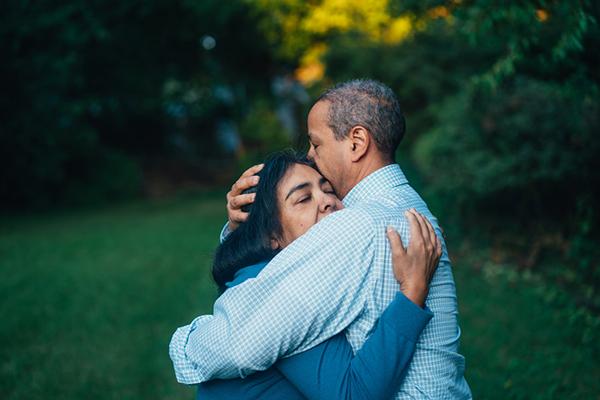 abraço entre casal