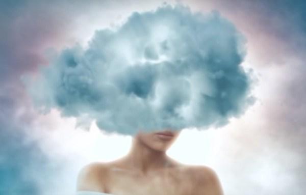 Mulher com cabeça nas nuvens representando distorções cognitivas.