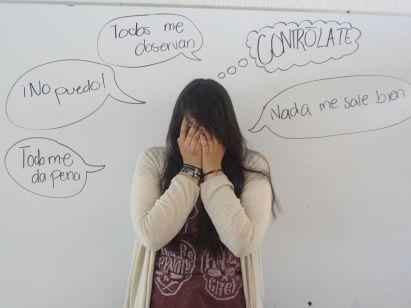 Mujer con pensamientos producidos por la fobia social