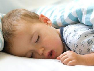 Niño durmiendo con apnea del sueño