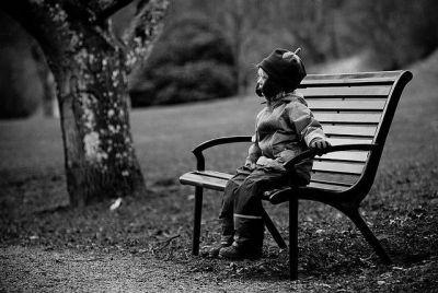 Niño solo en un banco