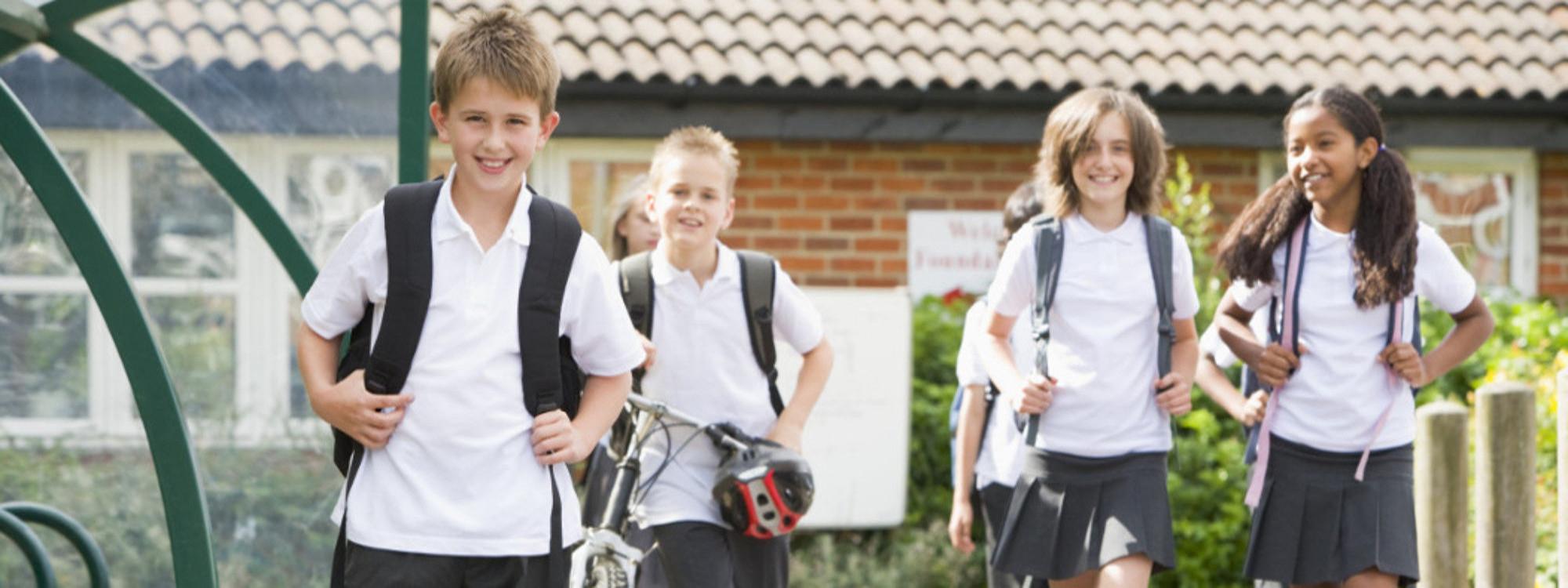 Foto de niños saliendo del cole.