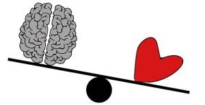 Foto de un cerebro y un corazón en un columpio.