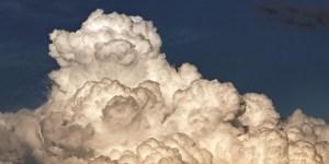 Nube negra que amenaza tormenta.