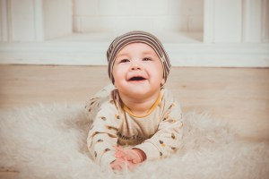 fotografía de un bebé tumbado boca abajo