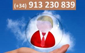 Foto de una mano con encima una burbuja con el número de teléfono (+34) 913 230 839