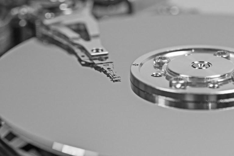 Fotografía del mecanismo interno de un disco duro