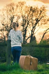 Foto de una niña a la espera de algo.
