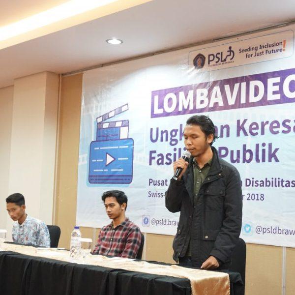 "I Made Wikandana, peserta lomba video, mempresentasikan karya videonya bersama finalis lain dalam Lomba Video ""Ungkapan Keresahan Fasilitas Publik"" yang diselenggarakan PSLD UB, 8 Desember 2018."