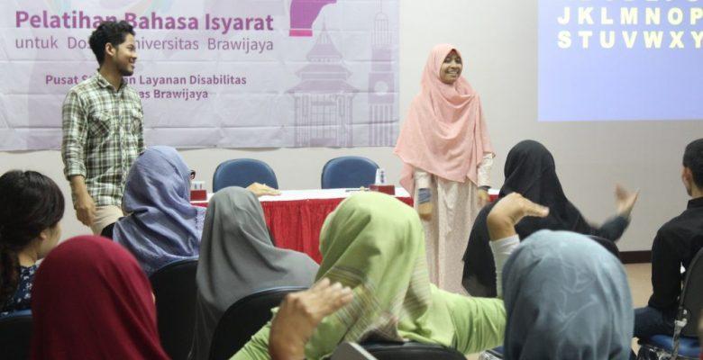 Fikri dan Rieka memberikan pelatihan bahasa isyarat untuk dosen Universitas Brawijaya di Lantai 10 Gedung Layanan Bersama UB, 30 Juli 2018.
