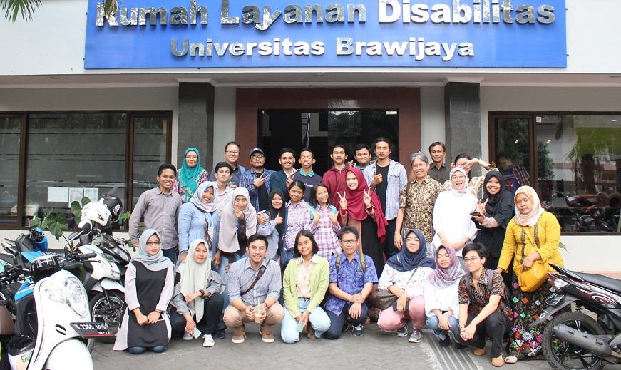 Tamu dari Laboratorium Riset Bahasa Isyarat Universitas Indonesia berfoto bersama pengurus PSLD dan mahasiswa Tuli UB, Senin, 27 Agustus 2018.