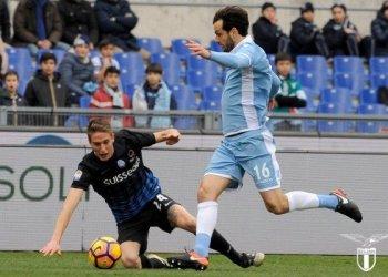 Gelandang Lazio, Marco Parolo (kanan), berusaha menggiring bola melewati hadangan pemain Atalanta, Andrea Conti (kiri), dalam laga lanjutan Liga Italia Seri A di Stadion Olimpico, Roma, Italia, (istimewa)