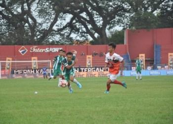 Blitar United (Merah Putih) berhasil melaju ke final setelah kalahkan Deltras di semifinal Liga 3 Kopi Kapal Api Asprov PSSI Jatim 2017