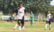 SUMBER FOTO: Twiiter Official Deltras FC Pencetak gol deltras Guntur Agung saat melakukan selebrasi usai menjebol gawang Mitra Surabaya di laga perdana Liga 3 Kapal Api PSSI Jatim (1/4/2018)