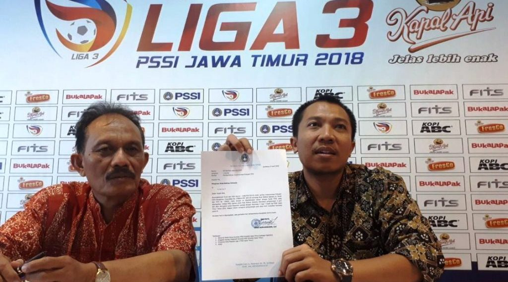arif/pssi jatim Sekum PSSI Jawa Timur, Amir Burhannudin SH (kanan) saat jumpa pers, Jumat (6/4).