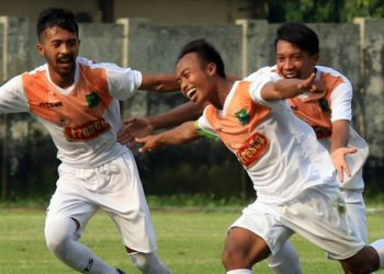 Selebrasi pemain Persekabpas usai mencetak gol. (radar bromo)