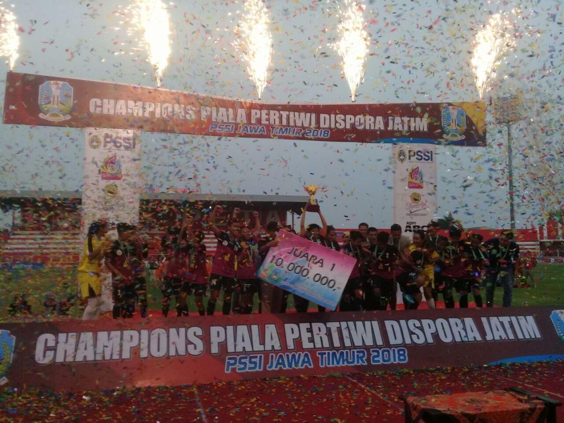 Chandra Kirana Kediri tampil sebagai juara Piala Pertiwi Dispora Jatim 2018 setelah di final mengalahkan ESGE Tuban 13-0, Kamis (10/5/2018) di Stadion Supriadi, Kota Blitar. FOTO: ASPROV PSSI JATIM