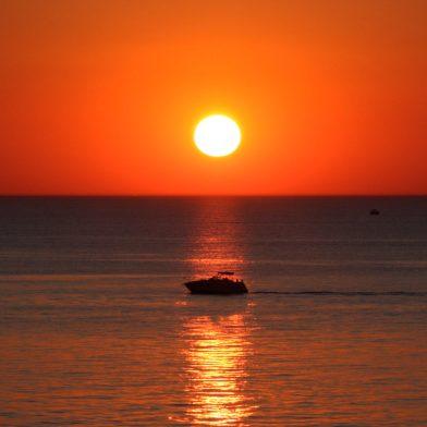 soleil se couchant sur la mer
