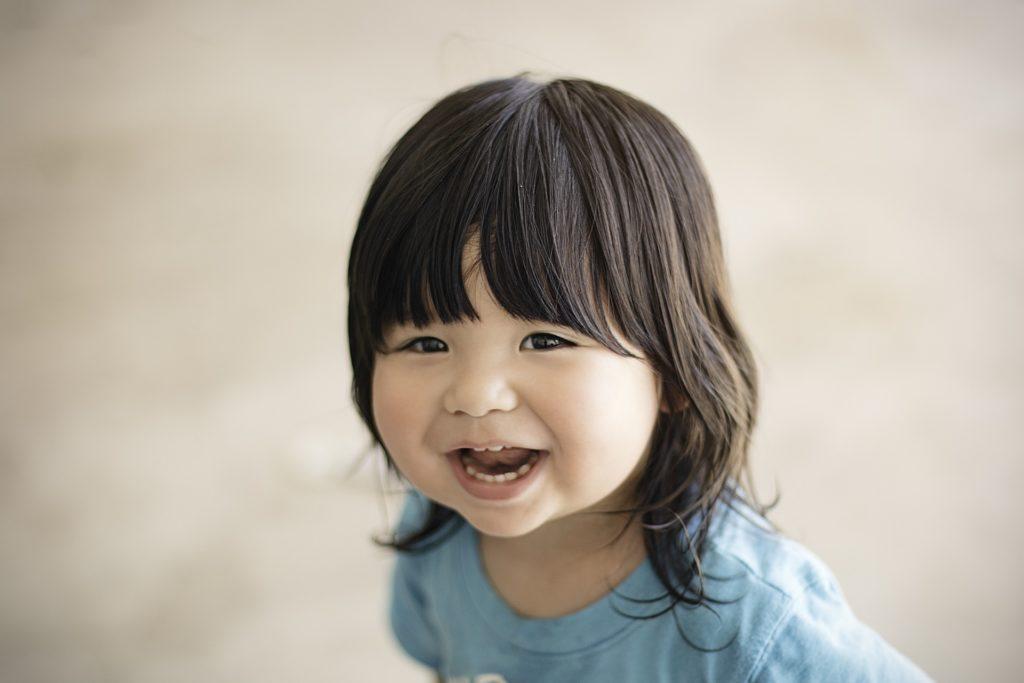 psychologue: petite fille qui sourit