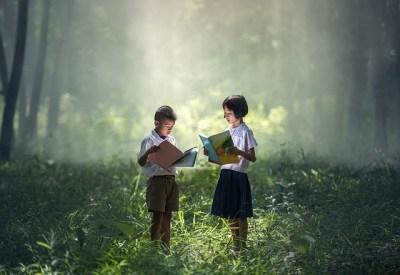 école : deux enfants asiatiques apprennent leur leçon dans une forêt