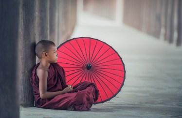 méditation à l'école: un enfant médite assis