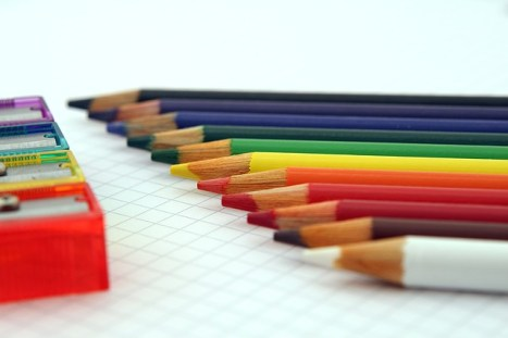 violence de l'école: une série de crayons bien alignés