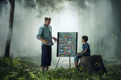 un professeur enseigne dans la forêt