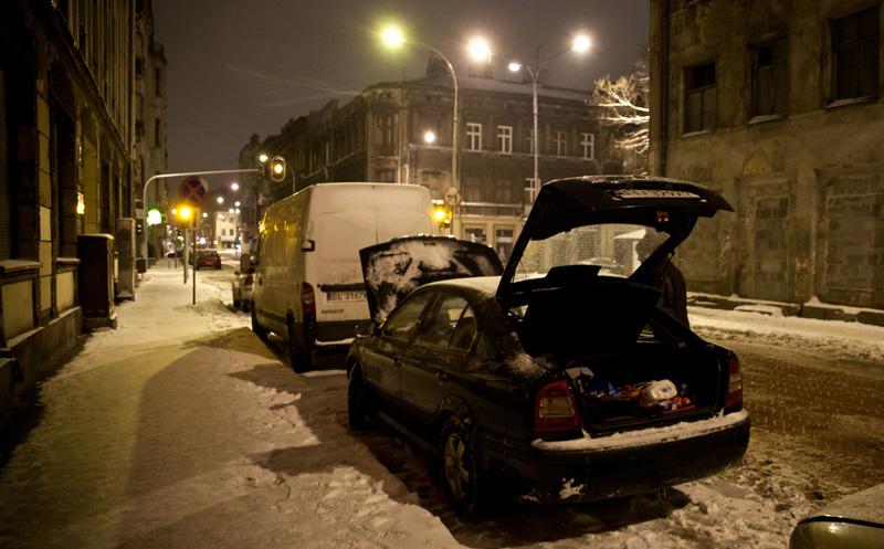 Pakowanie samochodu na zaśnieżonej ulicy
