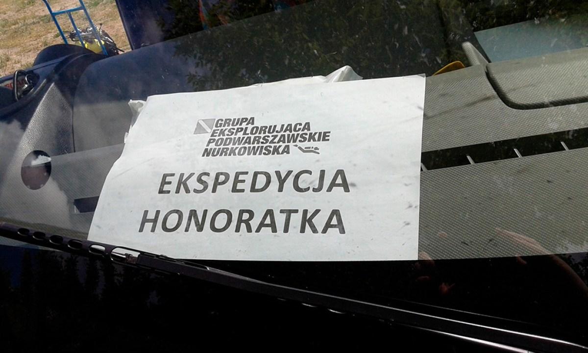 """Nurkowanie z GEPN - karta na szybie samochodu z logo GEPN i napisem """"Ekspedycja Honoratka"""""""