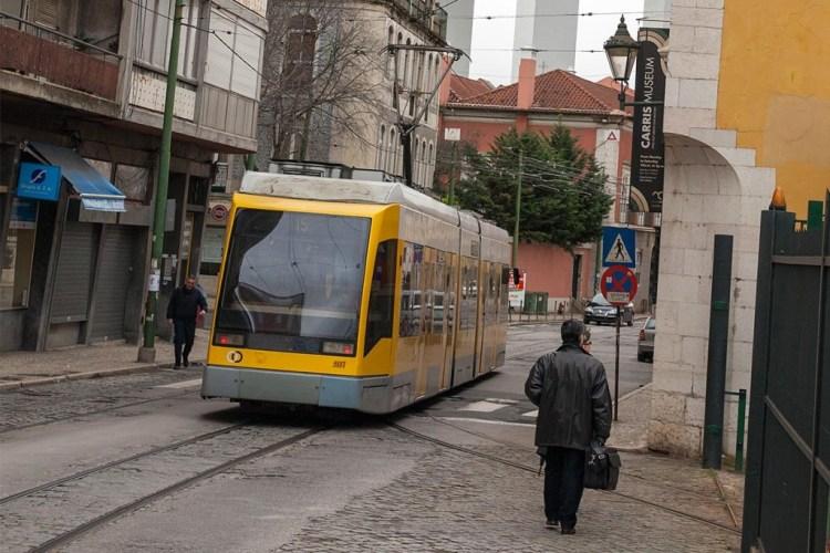 Niskopodłogowy tramwaj Siemensa na linii 15 obok Museu Carris