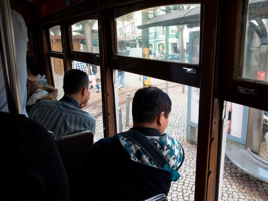 Jazda tramwajem przy otwartych oknach