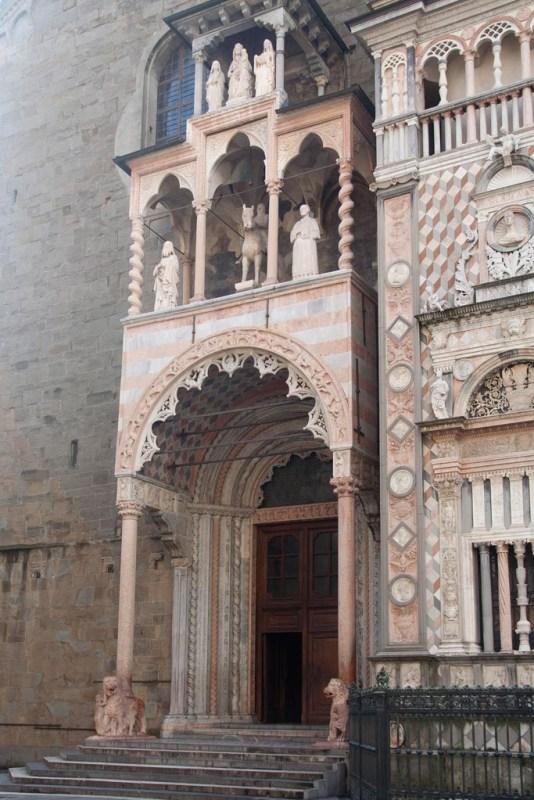 Ciekawe wejście do kościoła