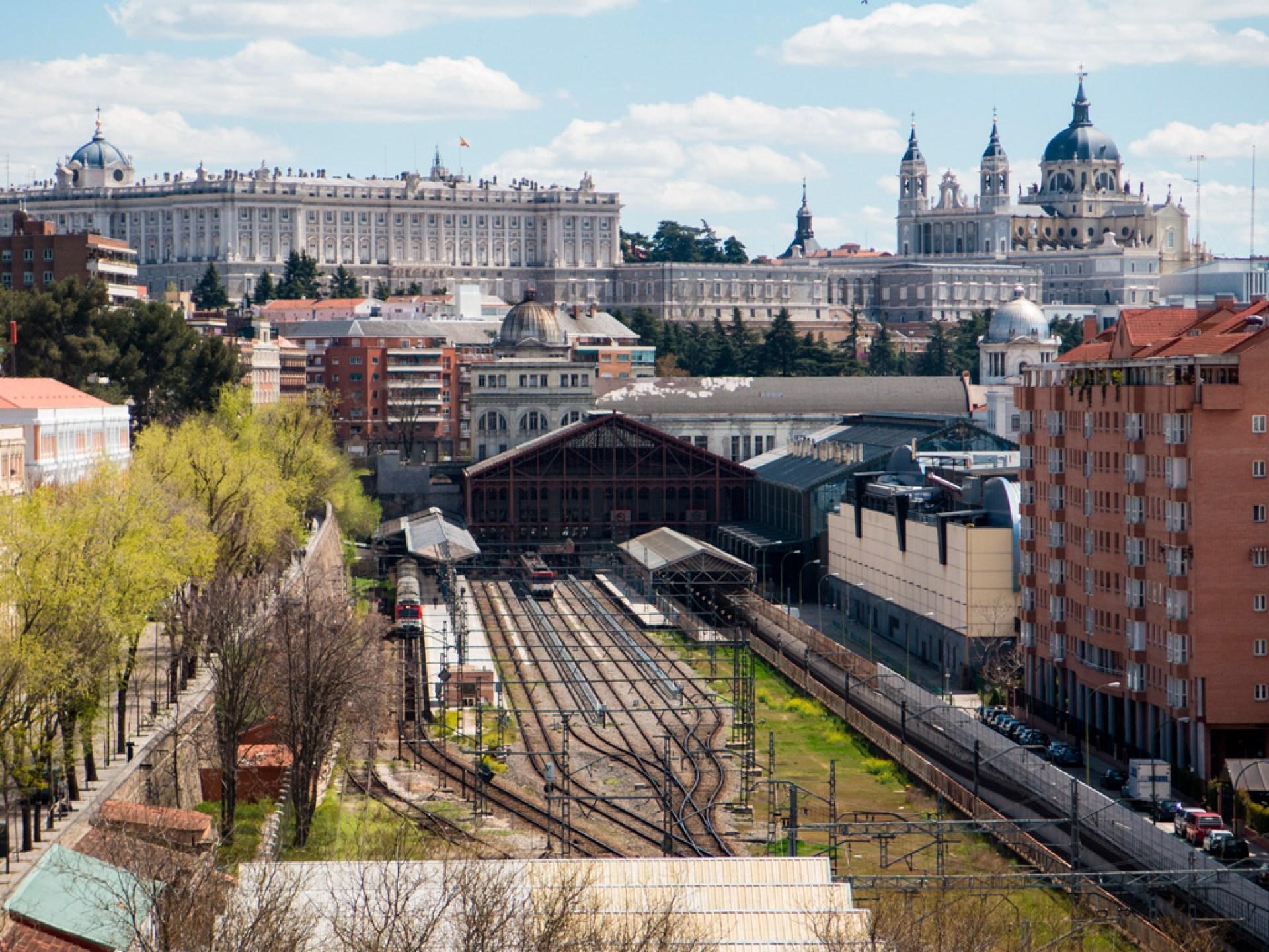 Widok na dworzec kolejowy Príncipe Pío, a nad nim po lewej – Pałac Królewski, po prawej – katedra.