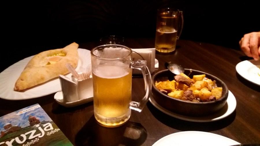 Pierwsza kolacja w Tbilisi. Chaczapuri adżarskie, wieprzowina z ziemniakami i zimne piwo. Wszystko niesamowicie dobre :)
