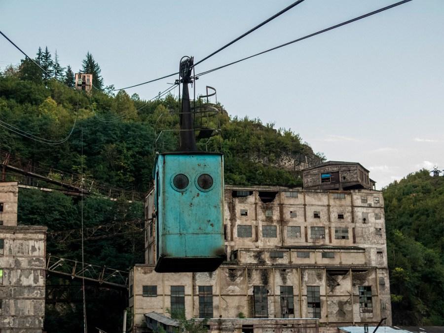 Chiatura - typowy krajobraz: monumentalne budunki przemysłowe, a nad nimi kolejka linowa