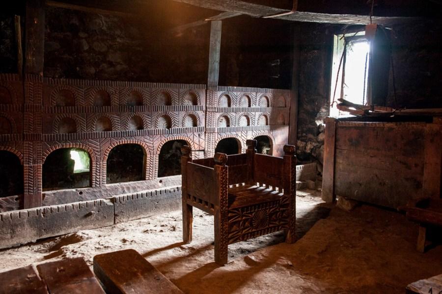 Dom bogatej rodziny swaneckiej w środku. To duże krzesło to miejsce pana domu. Z tyłu – na górze spali ludzie, na dole – zwierzęta