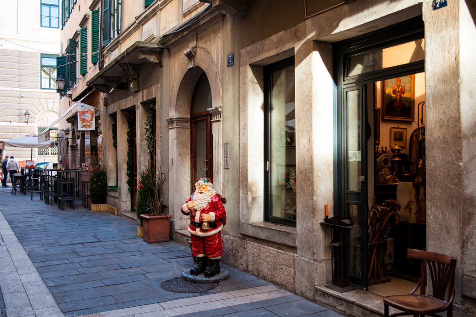 Figurka Mikołaja przed sklepem