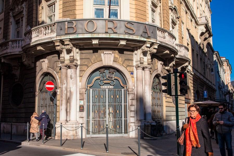 Bardzo zdobiony budynek narożny z napisem BORSA nad wejściem.