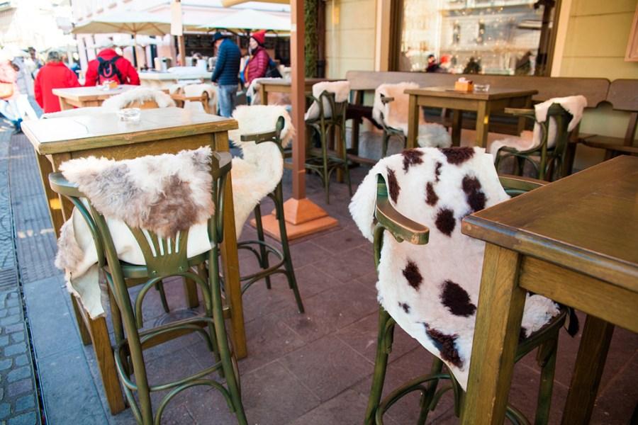Kawairniane stołki pokryte z narzuconą skórą zwierzęcą