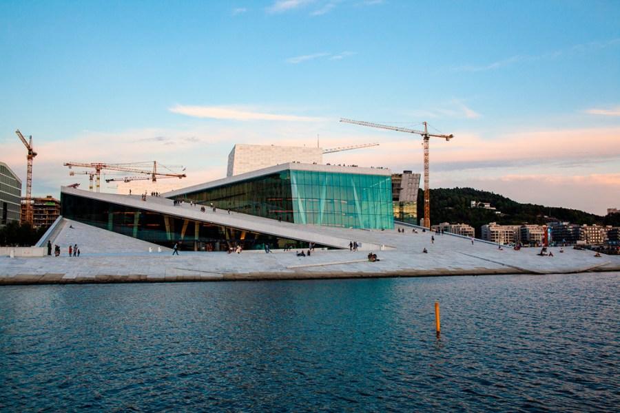 Oslo - budynek opery z pochyłymi dachami