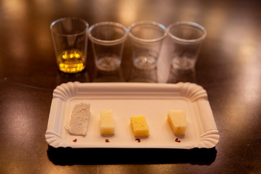 Czas na ser - kawałki serka i kubeczki z oiliwą - podczas warsztatów