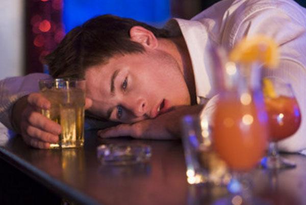 Мас адам, алкогольмен бірге алкоголь бар адам бар