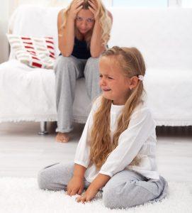 verdrietig en boos meisje en moeder