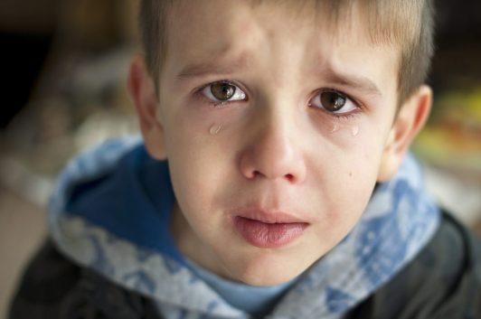 Omgaan met emoties bij kinderen - verdrietige jongen