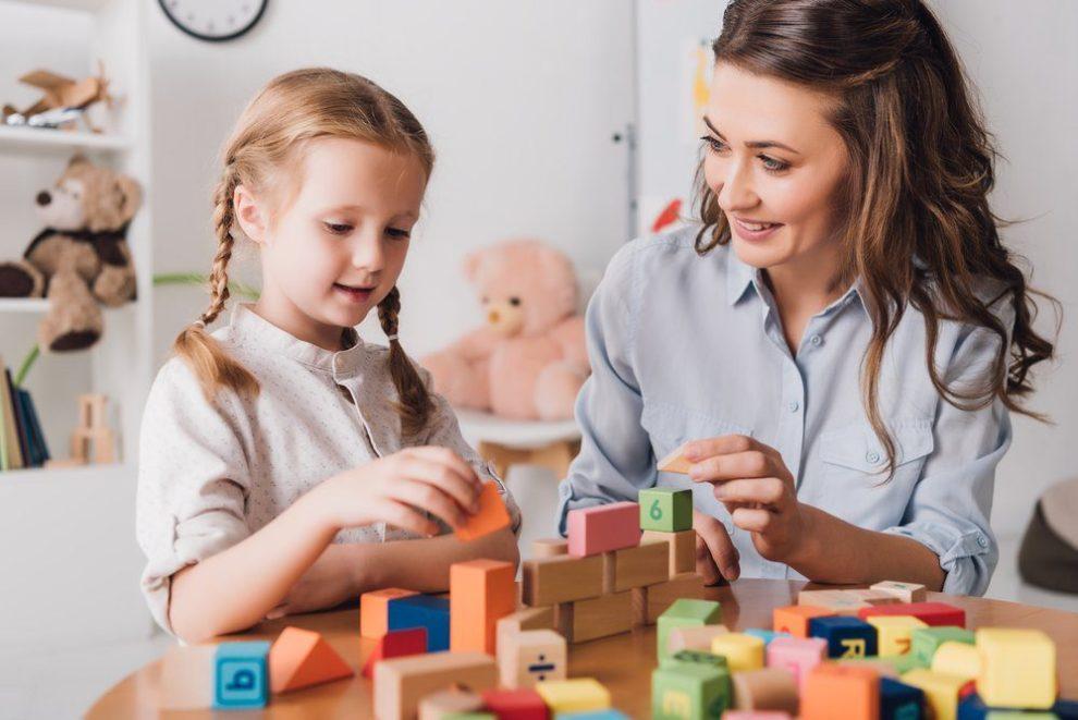 Kindercoach doet spel met kind - kindercoach materialen