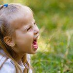 Meisje schreeuwt - emoties beheersen kind