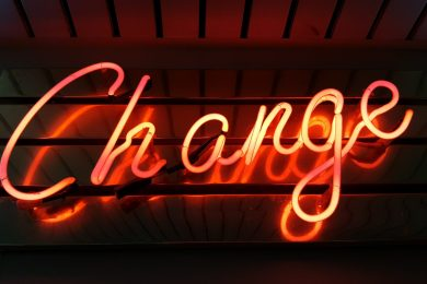 Obrazek przedstawiający neonowy napis Change