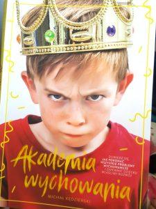 20180920_1900221066721379-225x300 Akademia wychowania – Michał Kędzierski. O trudach życia rodzicielskiego – kompendium sposobów na okiełznanie dziecka.