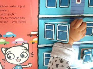 20181014_234821-300x300 Kicia Kocia i Nunuś. Bardzo fajna rodzina! 41 otwieranych okienek i kotka, która gwarantuje dziecięcą radość 1+.