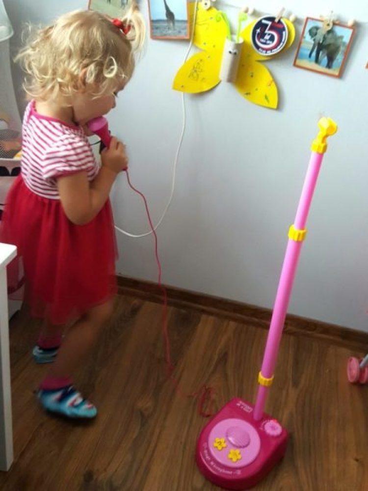 wp-15687173724701193309747-683x1024 Jak wspierać rozwój dziecka przez muzykę?  Pewność siebie, kreatywność oraz kompetencje muzyczne. Mikrofon ze statywem Bontempi cz.1.
